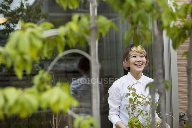 Femme debout dans le jardin — Photo de stock