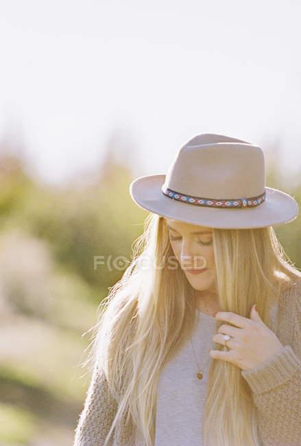 Frau mit langen Haaren, trägt einen Hut. — Stockfoto