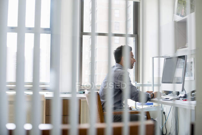 Man in office using a computer — Stock Photo