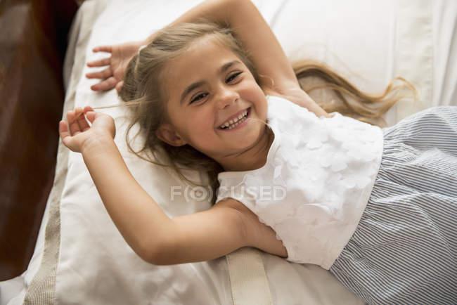 Милая девушка улыбается . — стоковое фото
