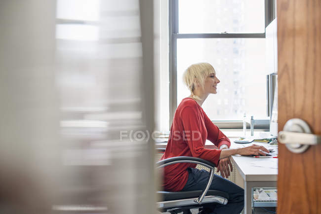 Business woman using a computer in Office — Stock Photo