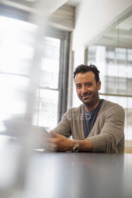Індійський бізнесмен, використовуючи цифровий планшетний. — стокове фото