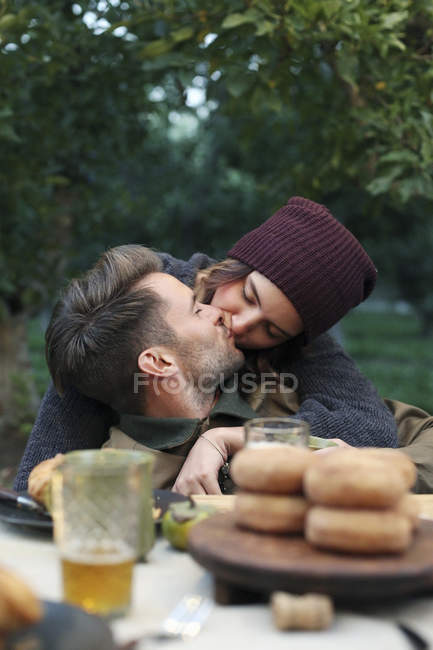Couple kissing in Apple orchard — Stock Photo
