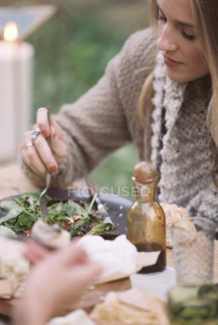 Mujer comiendo una ensalada . - foto de stock