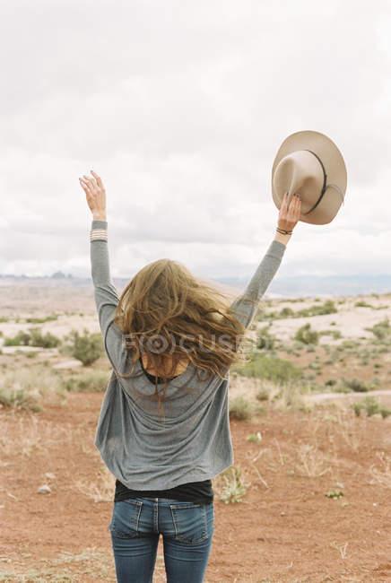 Donna libera in piedi nel deserto — Foto stock