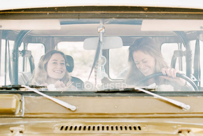 Women on an outing in the desert — Stock Photo