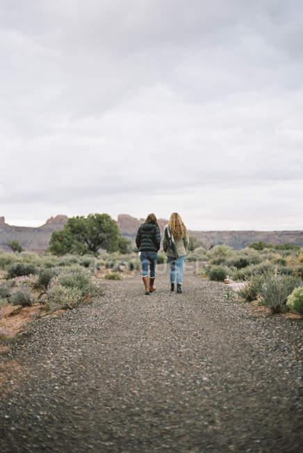 Frauen, die in einer Wüste gehen. — Stockfoto