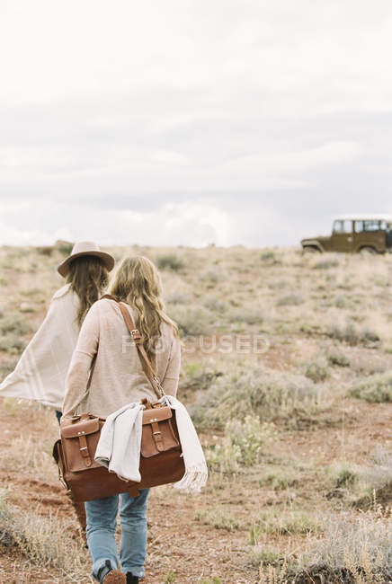 Women walking towards jeep — Stock Photo
