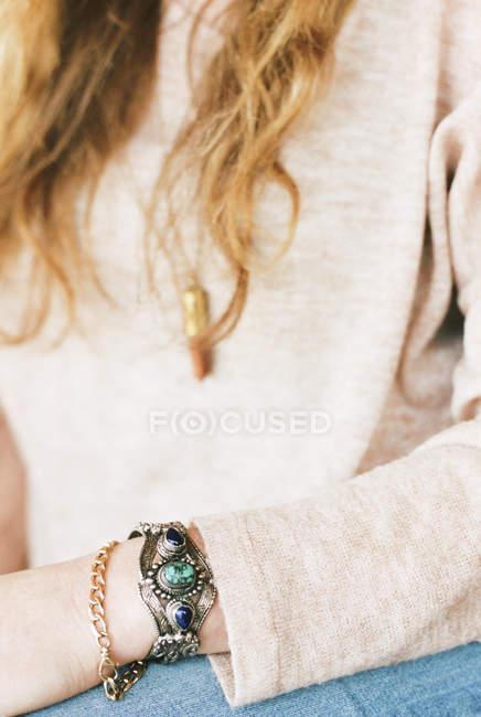 Frau trägt ein Armband im Boho-Stil — Stockfoto