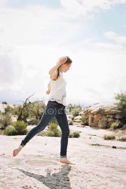Donna che indossa jeans danza — Foto stock