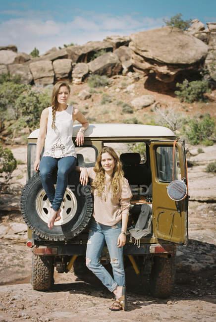 Frauen stehen mit Jeep auf Bergstraße — Stockfoto