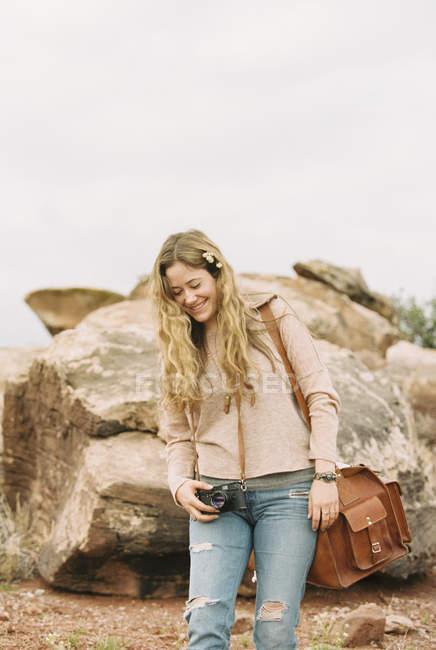 Женщина, стоящая у камня — стоковое фото
