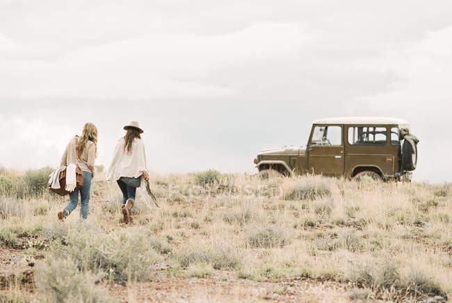 Frauen gehen auf Jeep zu — Stockfoto