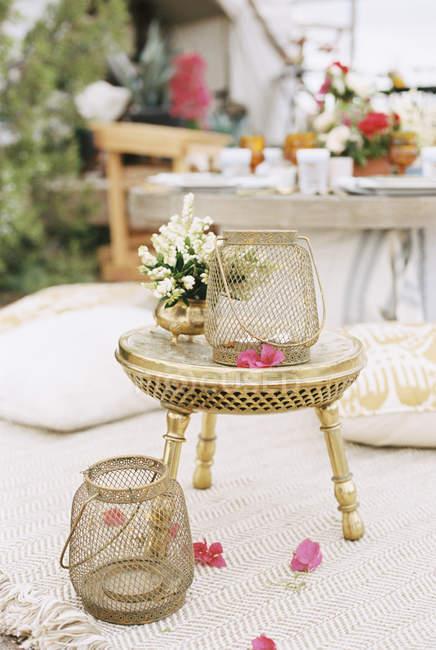 Фонари и цветы на столе небольшой латуни — стоковое фото