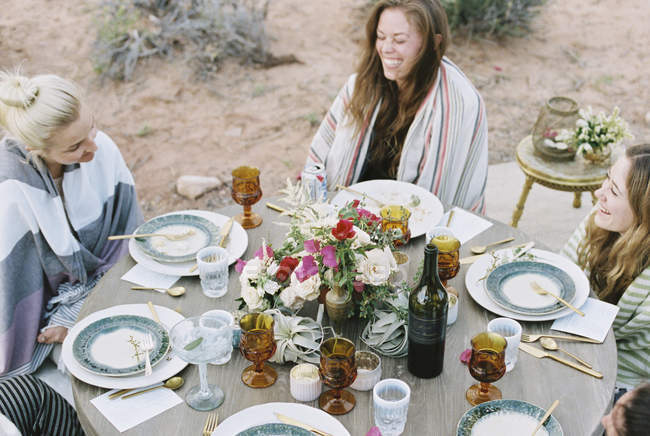 Frauen genießen eine Mahlzeit im Freien in einer Wüste. — Stockfoto