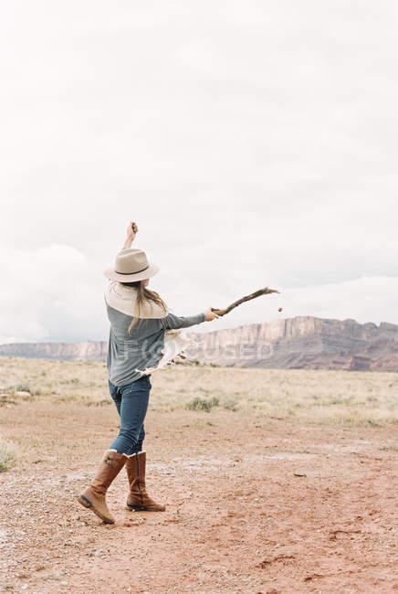 Gratis mujer con sus brazos levantados - foto de stock