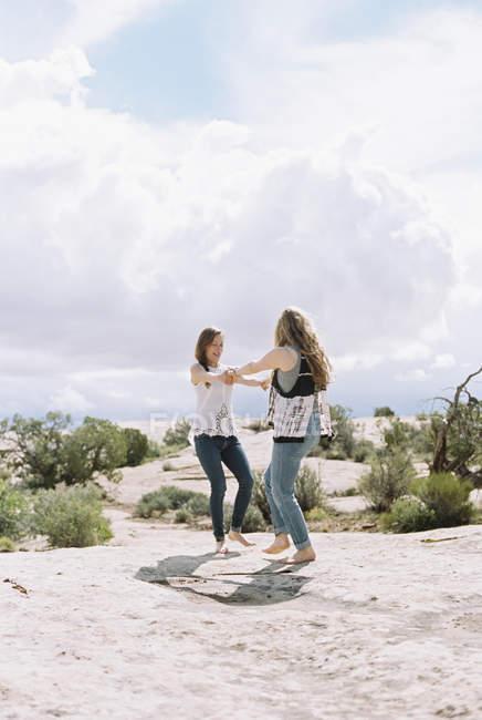 Boho-Frauen tanzen in der Wüste — Stockfoto