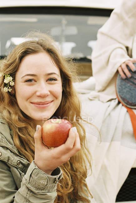 Жінка тримає на червоне яблуко — стокове фото