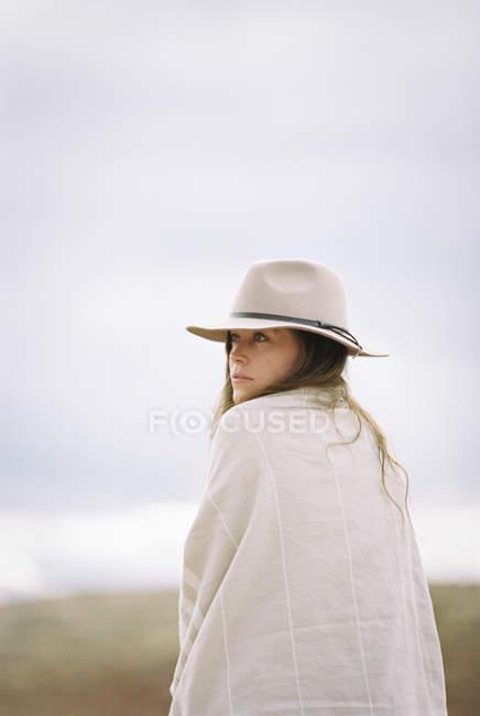 Frau mit Hut und Tragetuch — Stockfoto