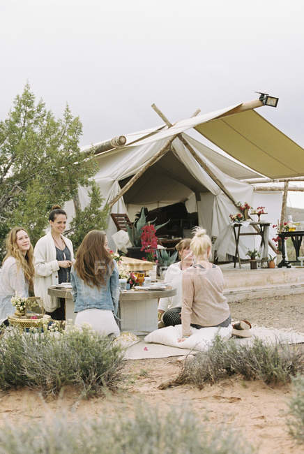 Friends outside a tent in Desert — Stock Photo