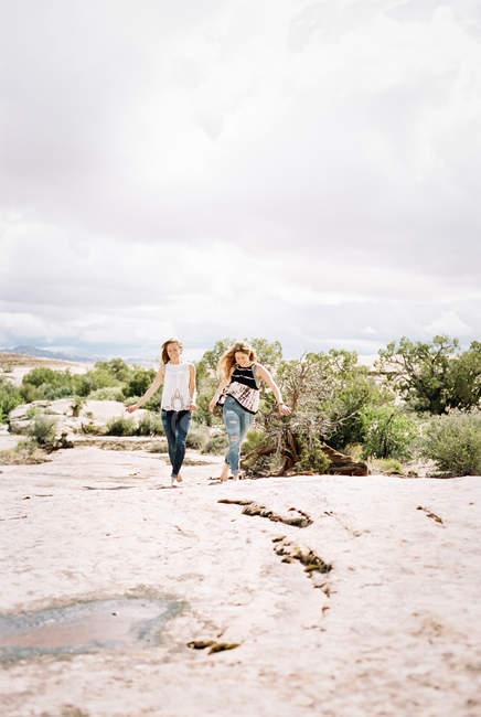 Женщины Бохо бегут по пустыне — стоковое фото