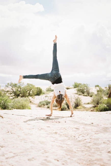 Barfüßige Frau in Jeans — Stockfoto