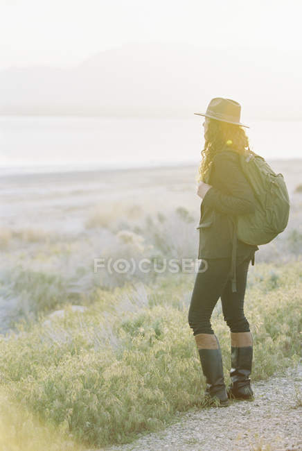 Woman wearing a hat and carrying a backpack — Stock Photo