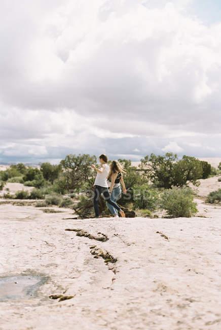 Frauen, die barfuß durch eine Wüste gehen. — Stockfoto