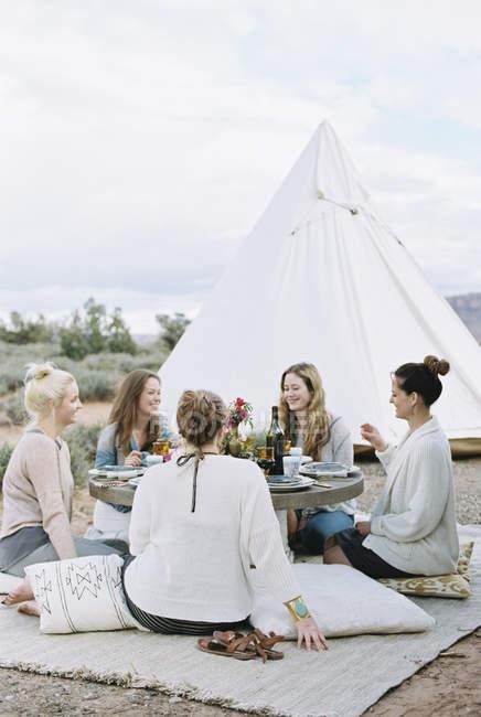 Frauen genießen eine Mahlzeit im Freien in der Wüste — Stockfoto