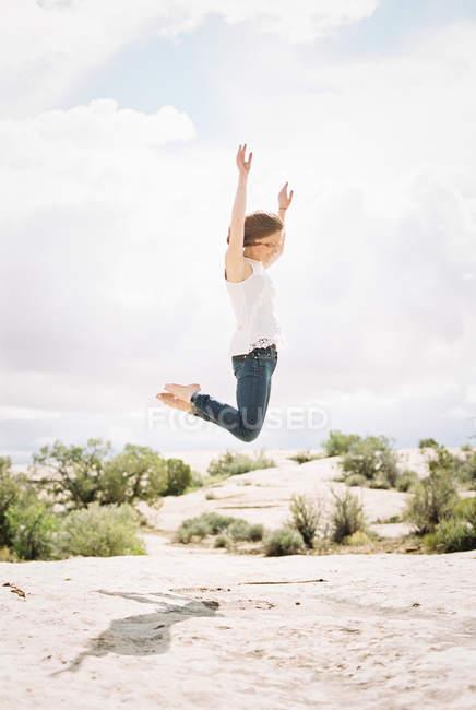 Босоногая женщина в джинсах — стоковое фото