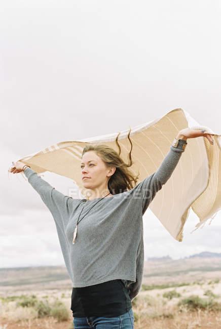 Femme libre avec ses bras levés — Photo de stock