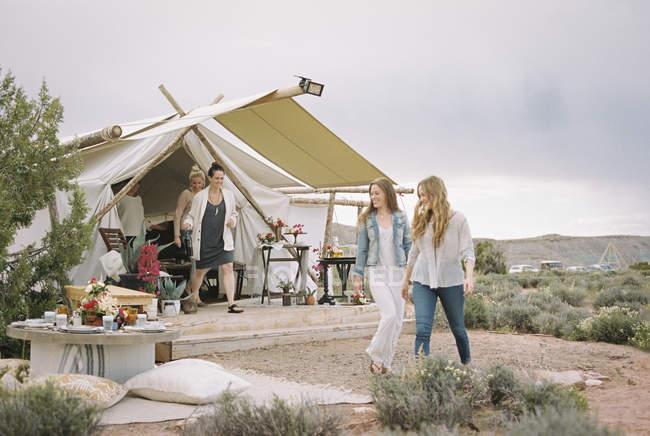Freunde im Zelt in der Wüste — Stockfoto