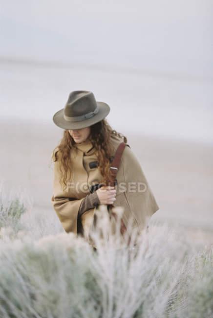 Donna che cammina, indossando un cappello — Foto stock