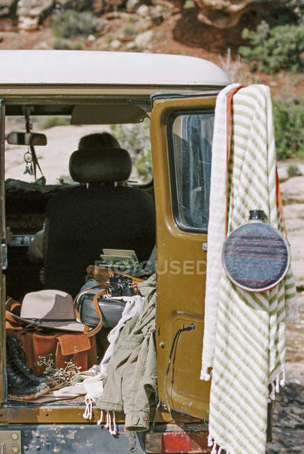 Reiseausrüstung im Jeep — Stockfoto