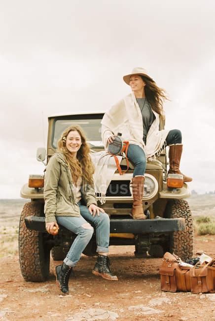 Frauen sitzen auf der Vorderseite eines Jeeps — Stockfoto