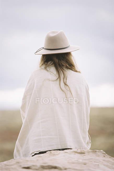 Женщина в шляпе и обертке — стоковое фото