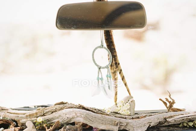 Ловец снов и перья, свисающие с зеркала — стоковое фото