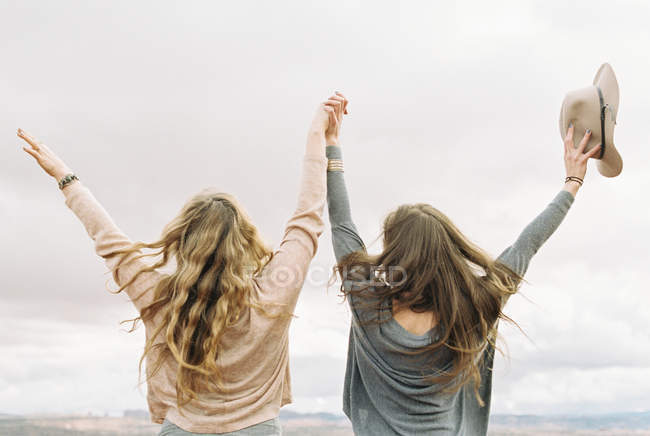 Mulheres de pé lado a lado — Fotografia de Stock