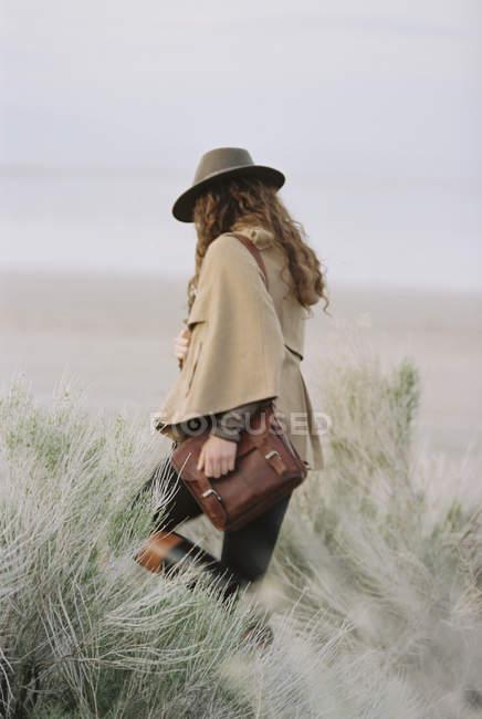 Donna che cammina indossando un cappello — Foto stock