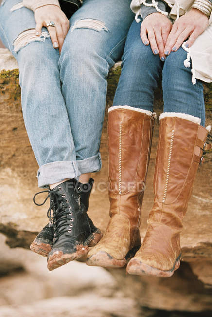 Femmes portant des bottes en cuir — Photo de stock