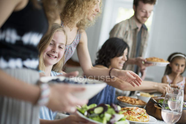 Reunión para una comida familiar - foto de stock