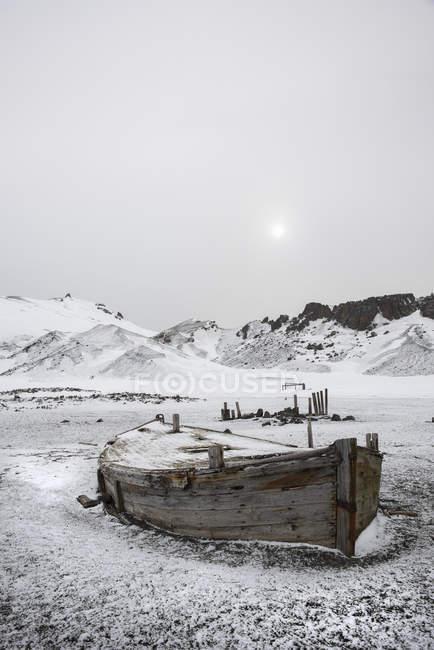 Barco de madera en Isla decepción - foto de stock