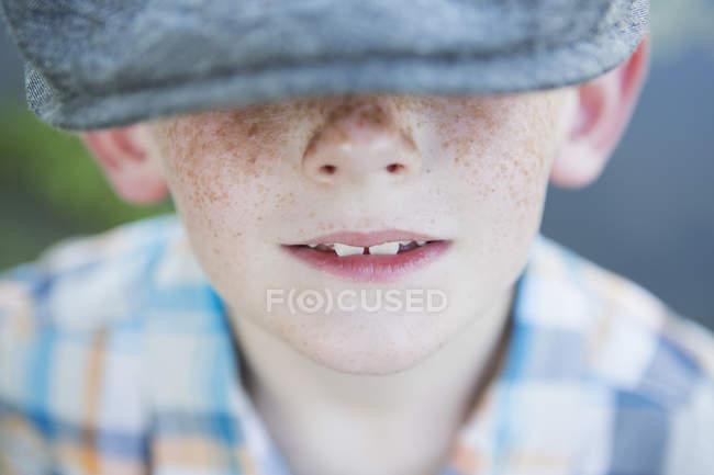 Menino vestindo um boné com uma borda grande . — Fotografia de Stock