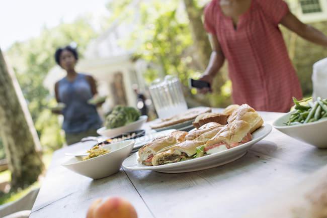 Сім'я поділитись їжею в саду — стокове фото