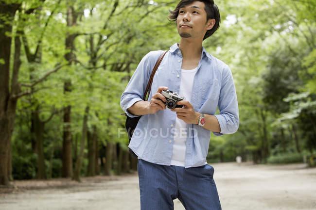Чоловік тримає камеру. — стокове фото