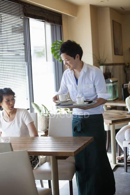 Официант выступающей женщина в кафе — стоковое фото