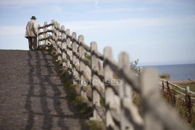 Man  looking out to sea. — Stock Photo