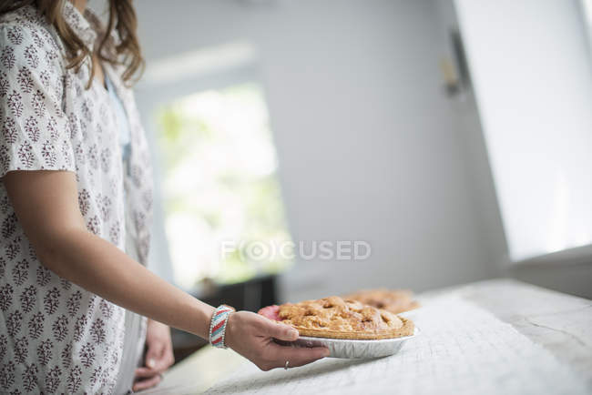 Жінка, що перевозять продовольство на таблицю — стокове фото