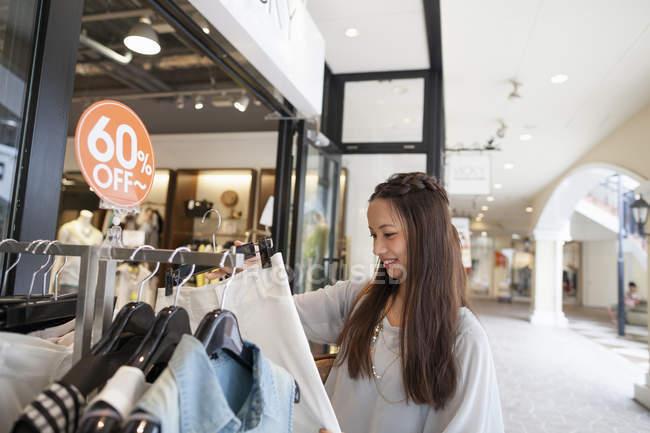 Жінка на поїздки за покупками — стокове фото