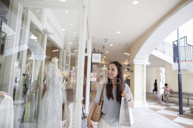 Жінка на поїздки за покупками. — стокове фото
